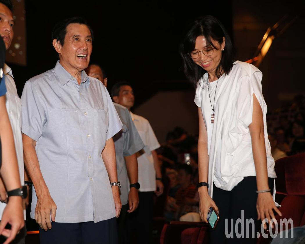 蔡琴演唱會嘉賓雲集,前總統馬英九(左)與韓市長的夫人李佳芬的妹妹(右)也來欣賞演...