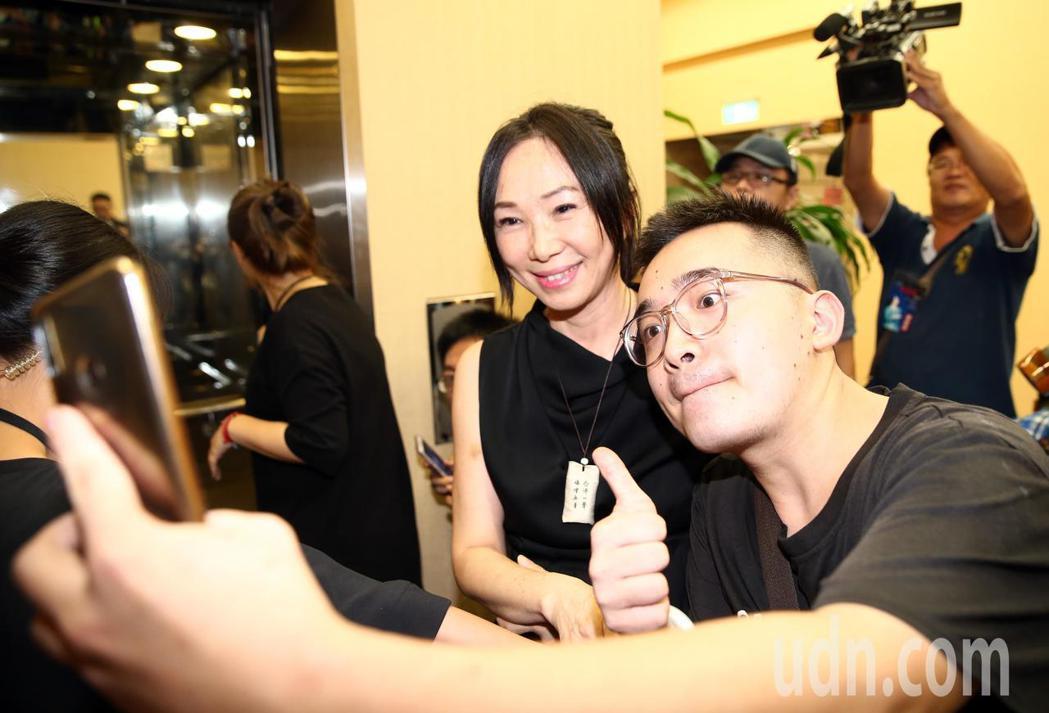 蔡琴演唱會嘉賓雲集,高雄市長韓國瑜的夫人李佳芬(中)也來欣賞演唱會,有支持者要求...