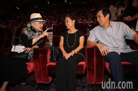 蔡琴演唱會嘉賓雲集,前總統馬英九(左)與韓市長的夫人李佳芬的妹妹(右)也來欣賞演唱會。記者許正宏/攝影