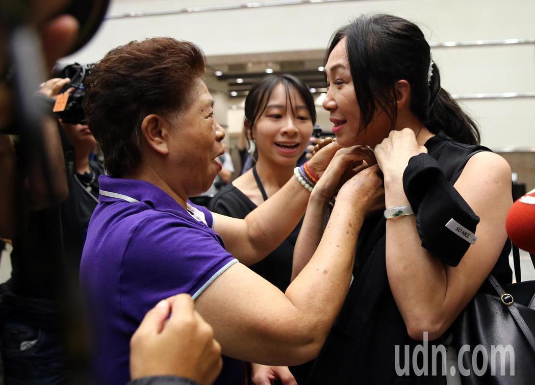 蔡琴演唱會嘉賓雲集,高雄市長韓國瑜的夫人李佳芬(右)也來欣賞演唱會,並有支持者送...