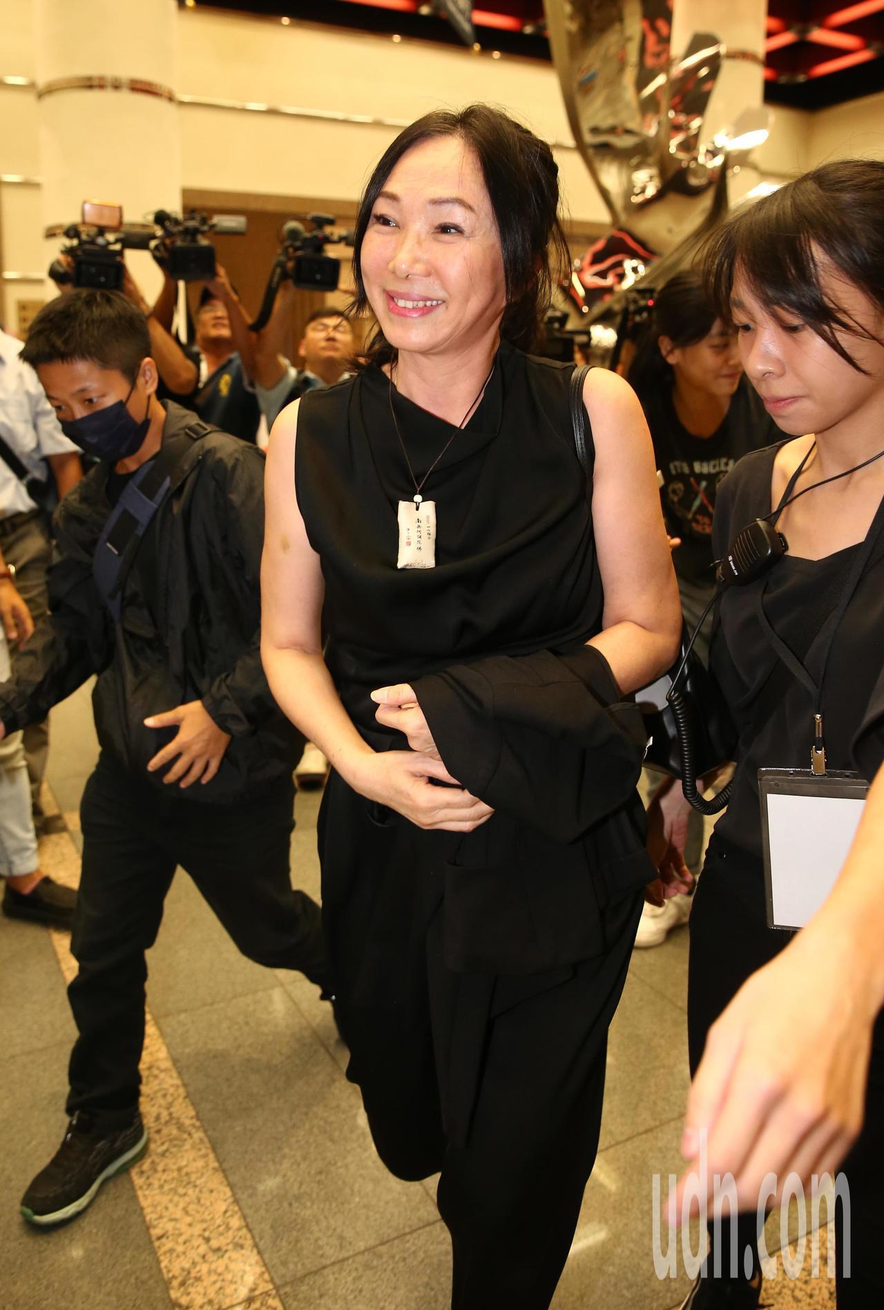 蔡琴晚間舉辦售票演唱會,高雄市長韓國瑜的夫人李佳芬(中)也來欣賞演唱會。記者許正...