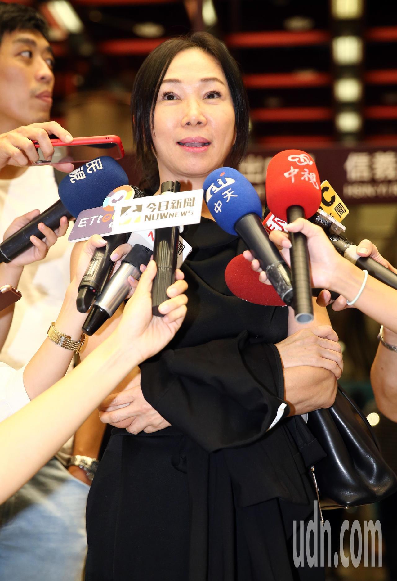 高雄市長韓國瑜的夫人李佳芬(中)晚間欣賞蔡琴演唱會,面對記者針對近來的各種風波提...