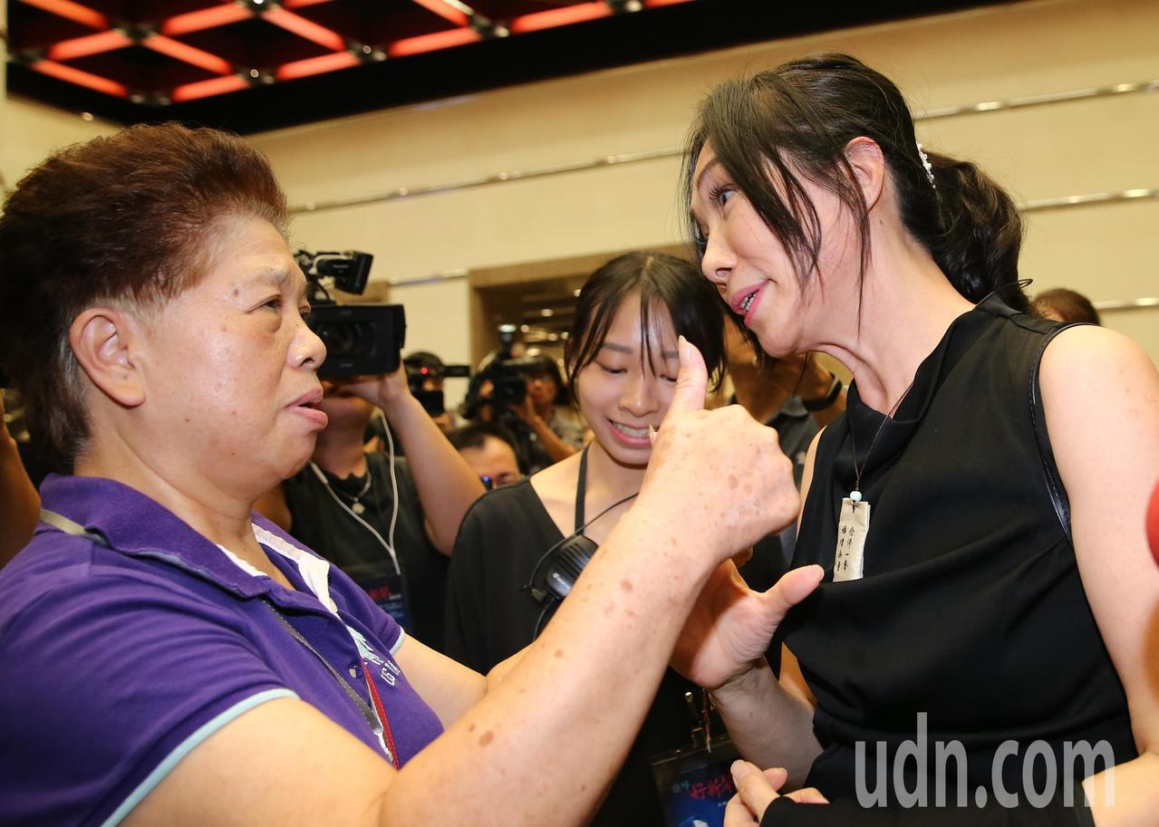蔡琴演唱會嘉賓雲集,高雄市長韓國瑜的夫人李佳芬(右)也來欣賞演唱會,有支持者送上...