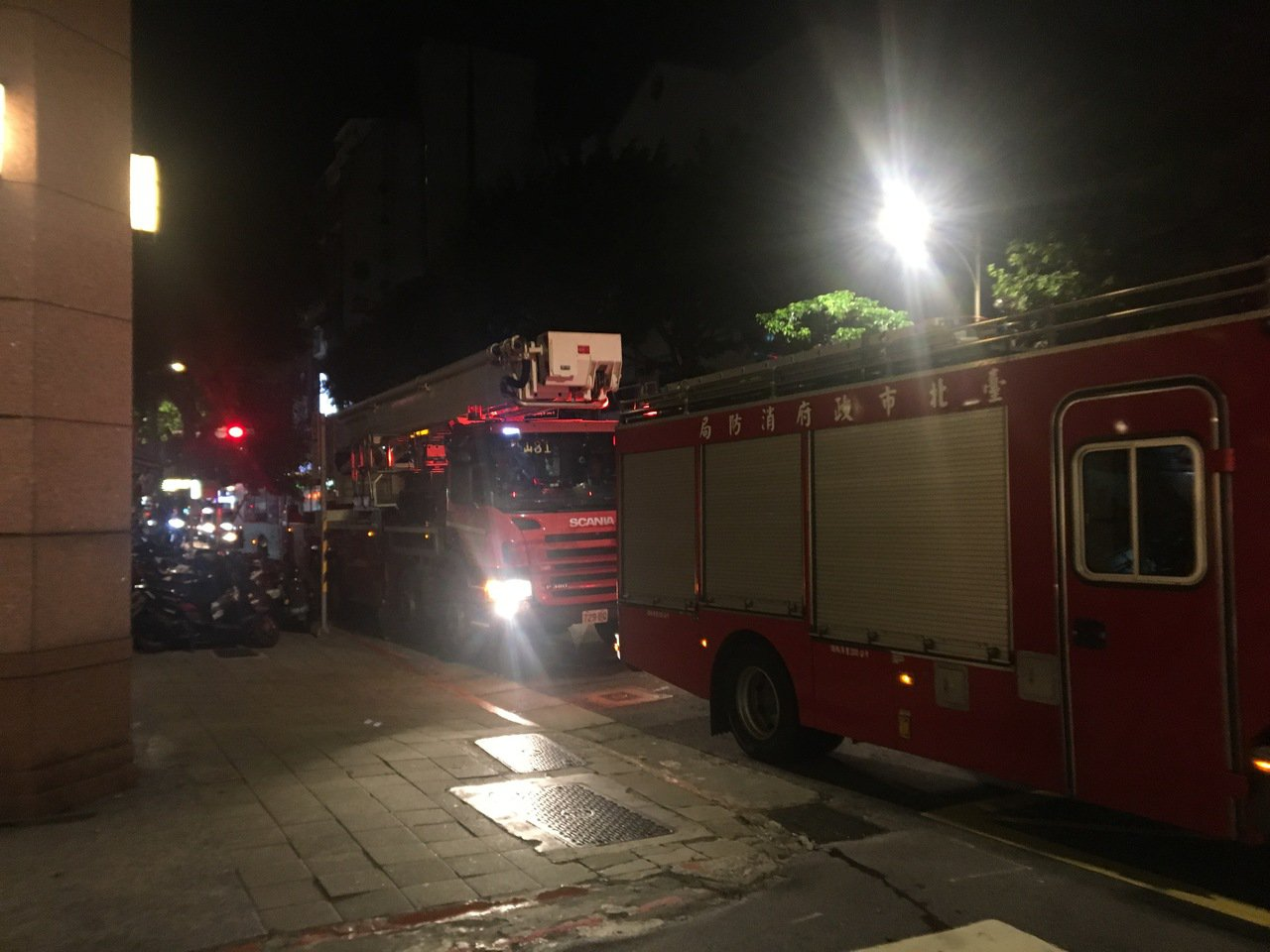 北市林森北路一棟大樓停車塔,今晚驚傳升降梯斷裂,一輛轎車當場掉落地下三樓。記者蔡...