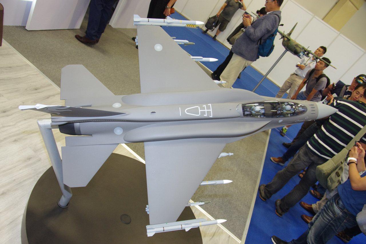 洛克希德馬丁公司在台北航太國防工業展攤位陳列的F-16V戰機模型。記者程嘉文/攝...