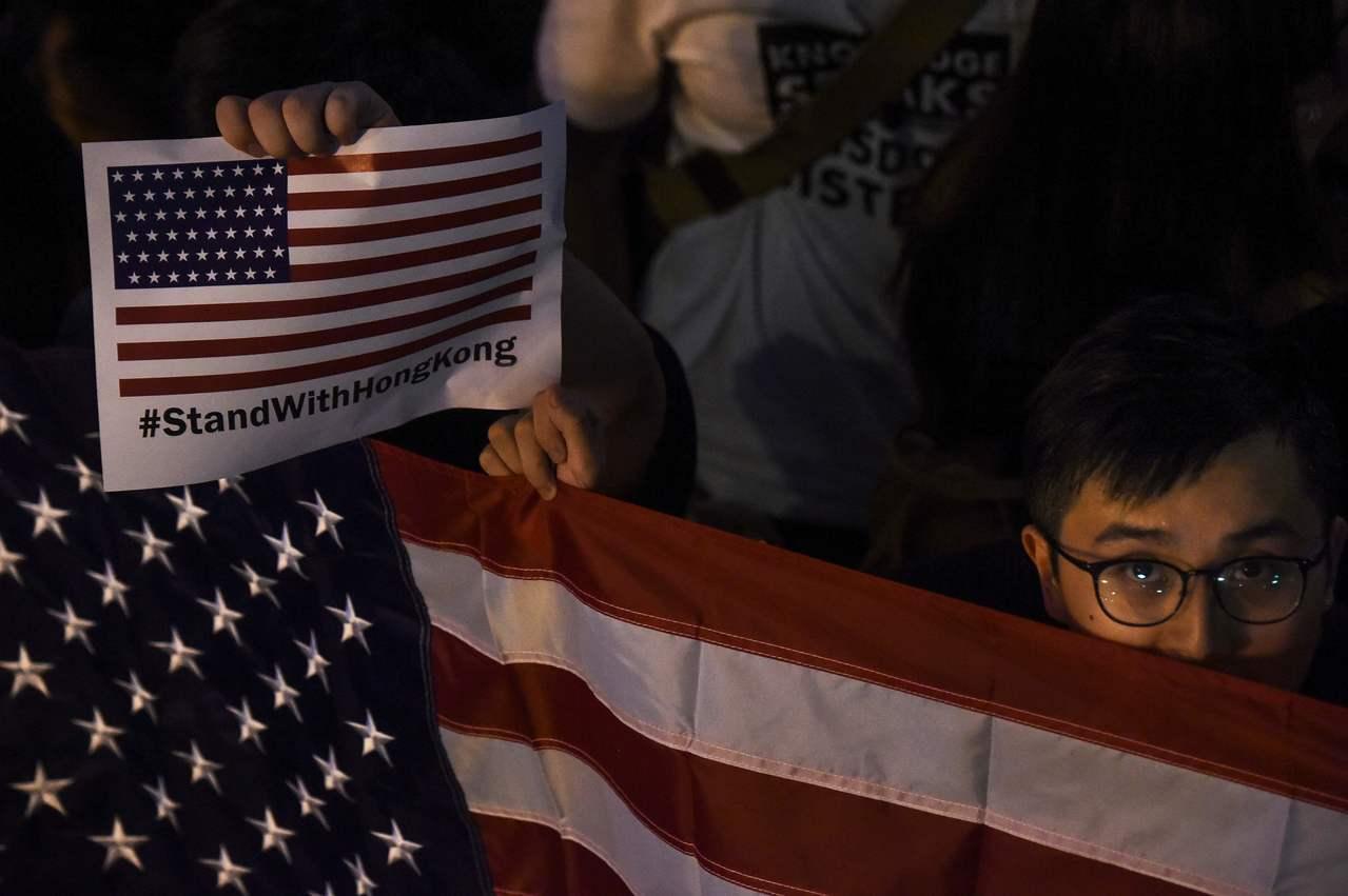有香港集會人士拿出美國國旗要求美國介入。法新社