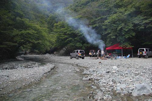 「玄倉川水難事故」中的一群民眾在玄倉川露營玩水,無視水壩管理員和警方的勸阻。(取...