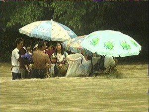 1999年8月14日發生「玄倉川水難事故」,造成13人死亡,當時受困者站在湍急水...