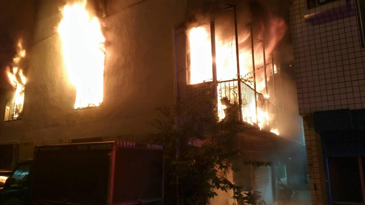 新竹縣竹東大同國小旁晚間8點半發生民宅火警,民眾報案時表示一棟3層樓建築物的2樓...