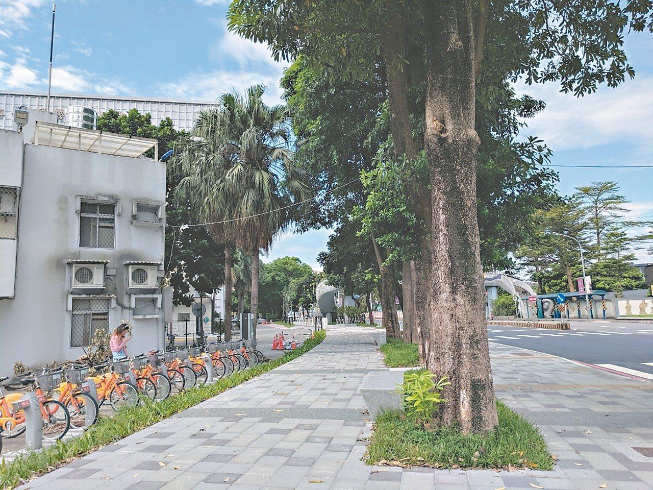 新北市府城鄉局和台灣藝術大學、大觀路郵局推倒圍牆,讓校園空間退縮,提供街角廣場、人行道空間給市民使用。 圖/新北市城鄉局提供