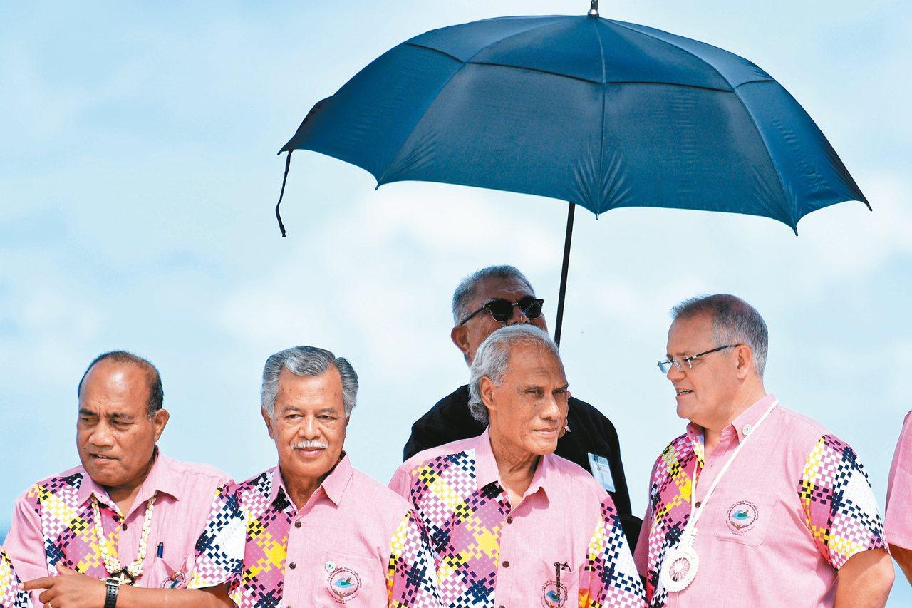 東加總理薄熙華(右二)曾因澳洲總理莫里森(右一)態度強硬而落淚。 (歐新社)