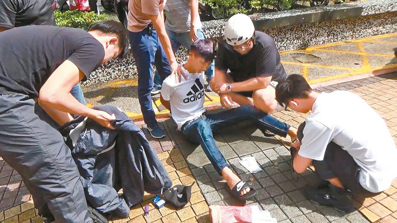 詐團車手詐得一百萬元卻掉在地上,被劉姓婦人拾獲送警招領,警方事後循線逮捕少年車手...