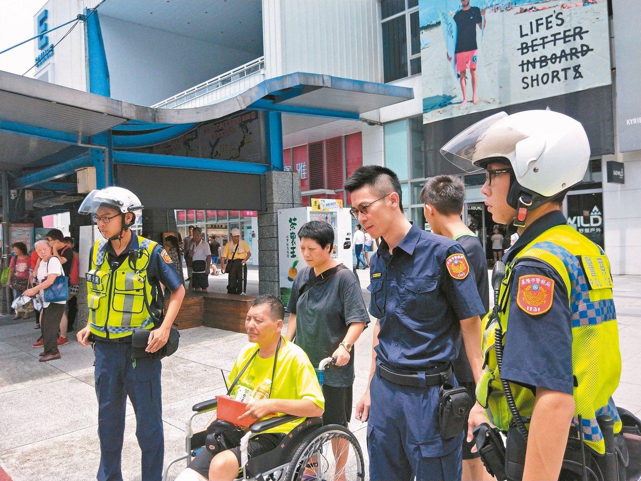 黃姓街頭藝人右腳甫截肢,現靠輪椅代步,昨天卻遭搶四十元銅板。 記者游明煌/攝影