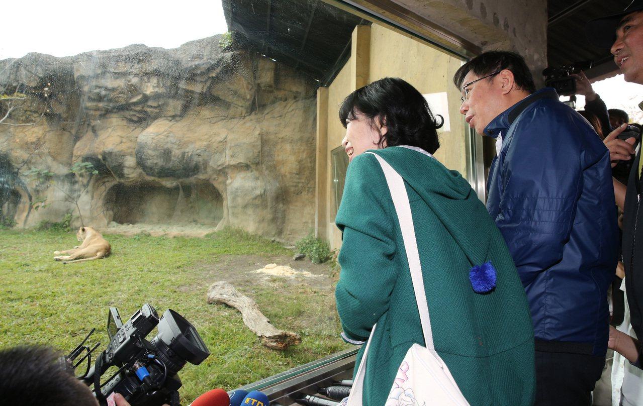 圖為台北市長柯文哲(左二)與太太陳佩琪(左一)前往文山區參觀台北市立動物園,柯市...
