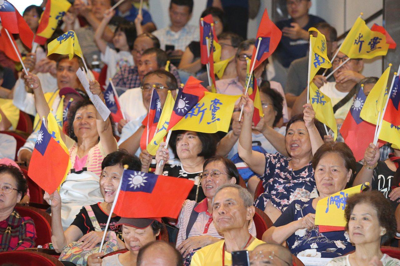 新黨舉行創黨26周年黨慶大會,出席者揮舞國旗與新黨黨旗。 記者林伯東/攝影