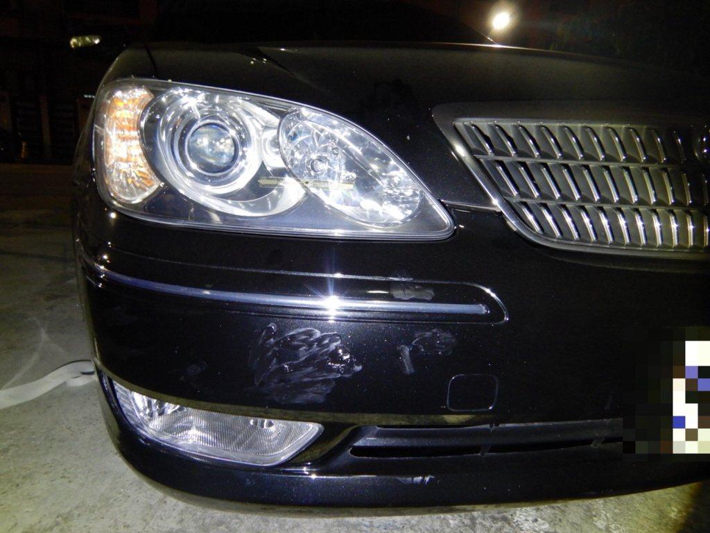 去年11月,有駕駛人開車在台中市撞倒停路邊機車,他扶正後離開,警方依肇逃法辦。圖...