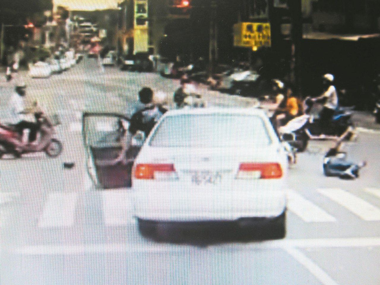 2012年7月,一輛白色轎車闖紅燈撞倒四輛機車,造成五名大人小孩倒地受傷,肇事駕...
