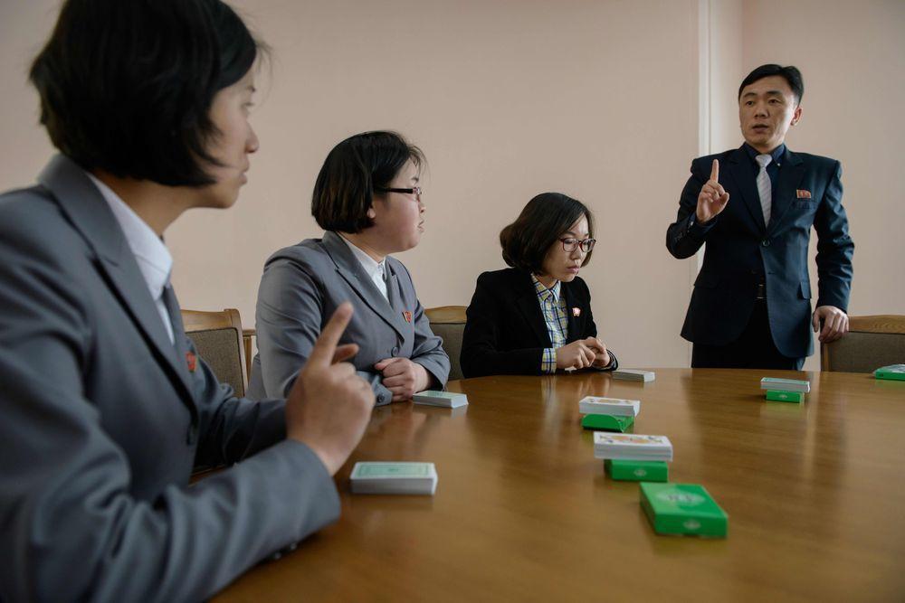 教練車容浩(右)指導愛將向法新社展示超強記憶術。(法新社)