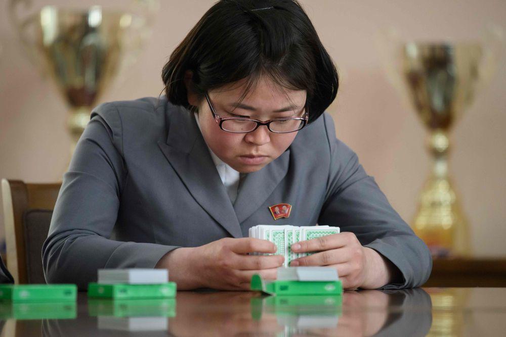 北韓國手金洙琳正在記牌的順序與花色。(法新社)