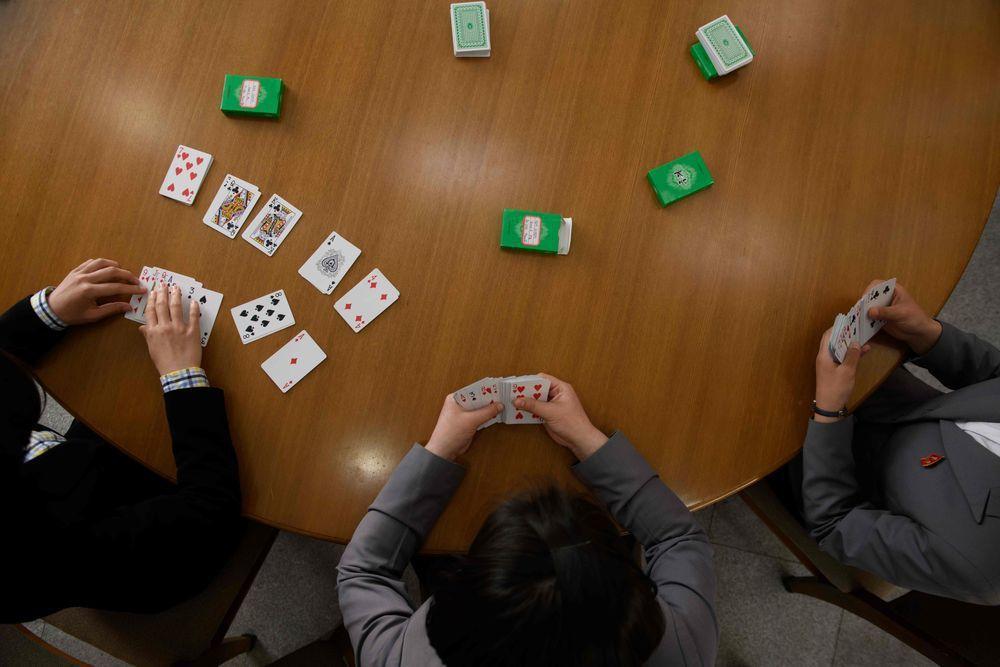 (由左至右)彭恩馨、金洙琳、李政美在平壤金亨稷師範大學示範超強記憶的技巧。(法新...