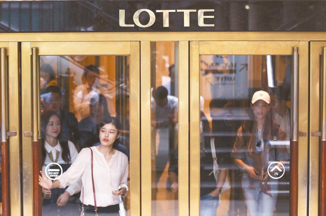 隨著消費者生活離不開線上和行動購物,南韓零售業者也因此陷入實體店面客流量銳減、銷...