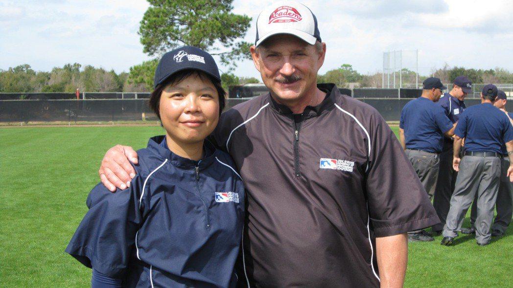 劉柏君(左)經常為國際球隊擔任翻譯,或赴國際裁判學校研習。 照片提供/劉柏君