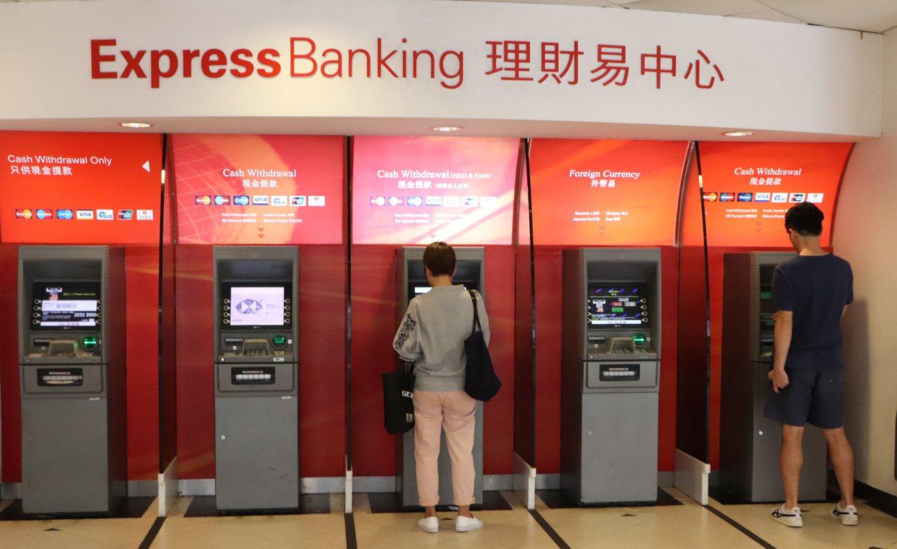 香港「反送中」支持者呼籲透過在提款機提款來攻擊金融體系和銀行,但本地銀行的提款機...
