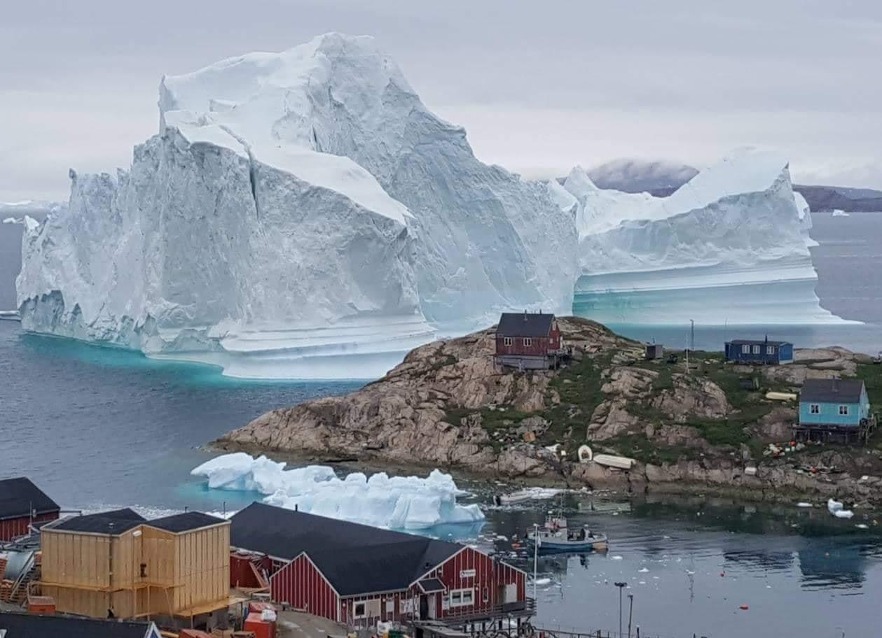 格陵蘭近北極,天寒地凍,圖中浮在海上的冰山,體積巨大。 (路透)