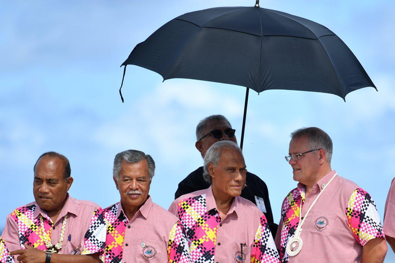 東加總理薄熙華(右二)一度因澳洲總理莫里森(右一)態度強硬而落淚。 (歐新社)