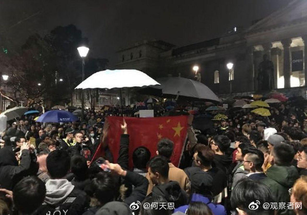 港獨在澳集會,中留學生包圍唱國歌。 取材自微博