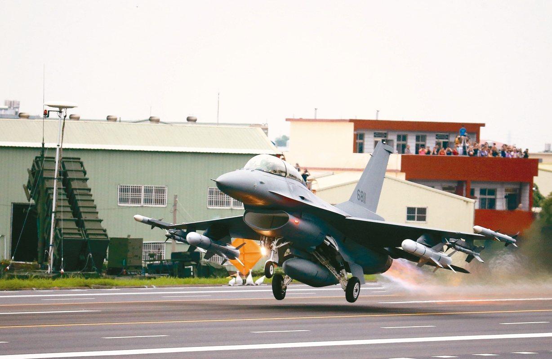 圖為今年漢光35號演習,F-16V完成油彈整補作業後,從戰備道起飛。 聯合報系資...