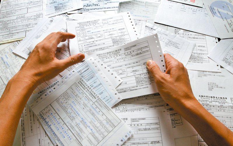 財政部今(25)日宣布,將於近日公告108年度每人基本生活所需費用金額為17.5萬元,預估約5萬戶受惠。 圖/聯合報系資料照片