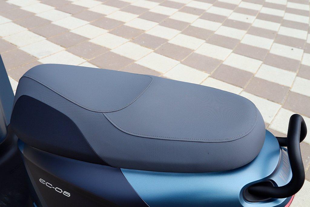 台灣山葉機車工程團隊針對Yamaha EC-05騎士坐姿重新設定,包括採用面積更...