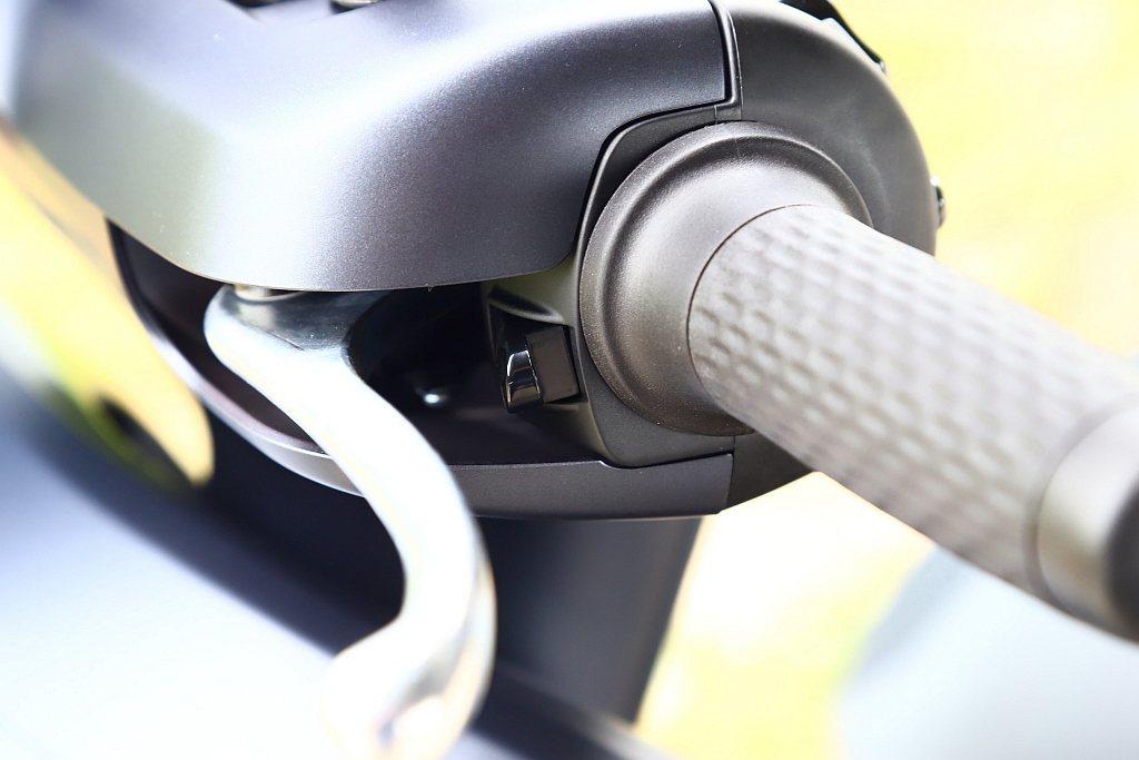 Yamaha EC-05除標配CBS前後連動式剎車系統,貼心女性騎士的倒車檔也位...