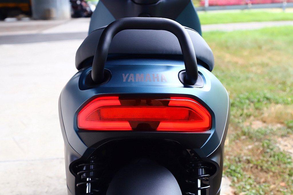 原廠提到Yamaha EC-05後把手的角度刻意向上延伸,使後座乘客能以更近的距...