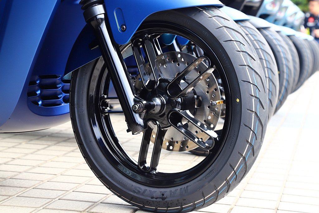 Yamaha EC-05前輪採14吋設定外,也配上評價不錯的Maxxis M62...