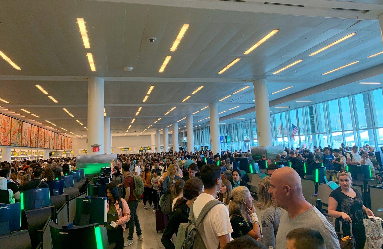 美國海關電腦系統當地時間16日下午全面當機,導致旅客無法辦理入境手續。圖為紐約甘...