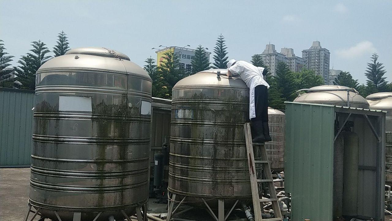 台中市區20日大停水,已有百貨、飯店、大賣場和餐廳預訂水車補水,圖為去年母親節前...