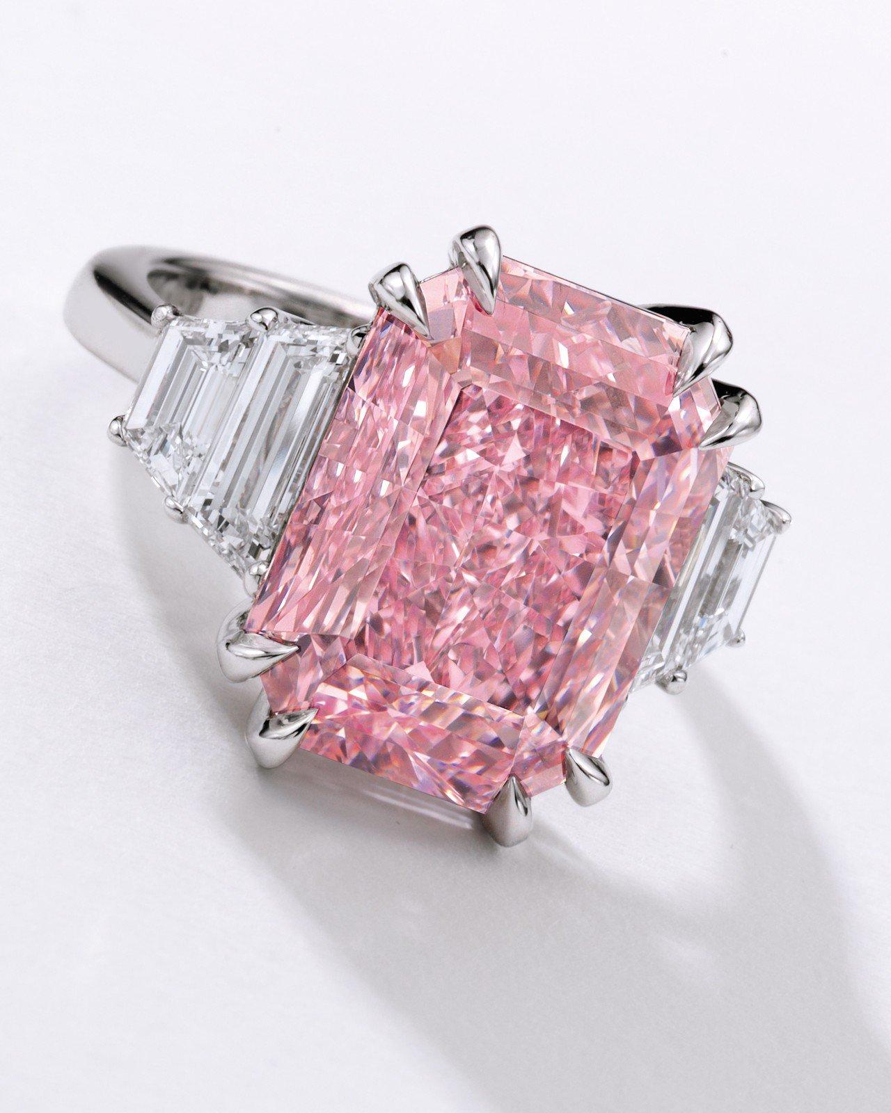 香港蘇富比秋拍珠寶類領拍的為一枚10.64卡拉艷彩紫粉紅色內部無瑕鑽石戒指,估價...