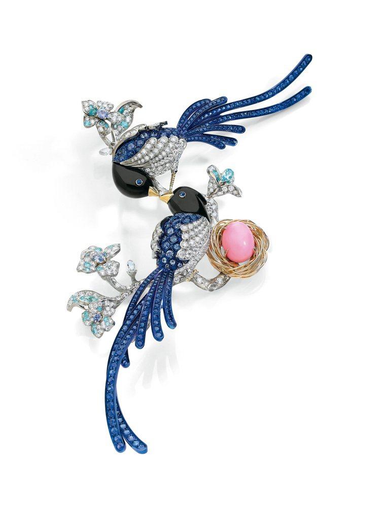 胡茵菲絲路音樂系列藍鵲胸針,海螺珠、配鑽石,估價約600萬元起。圖/蘇富比提供