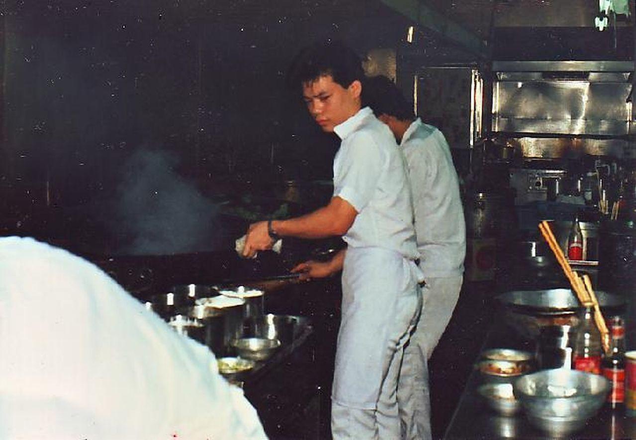 臻愛花園飯店董事長林志成26歲在易牙居公館店。圖/林志成提供