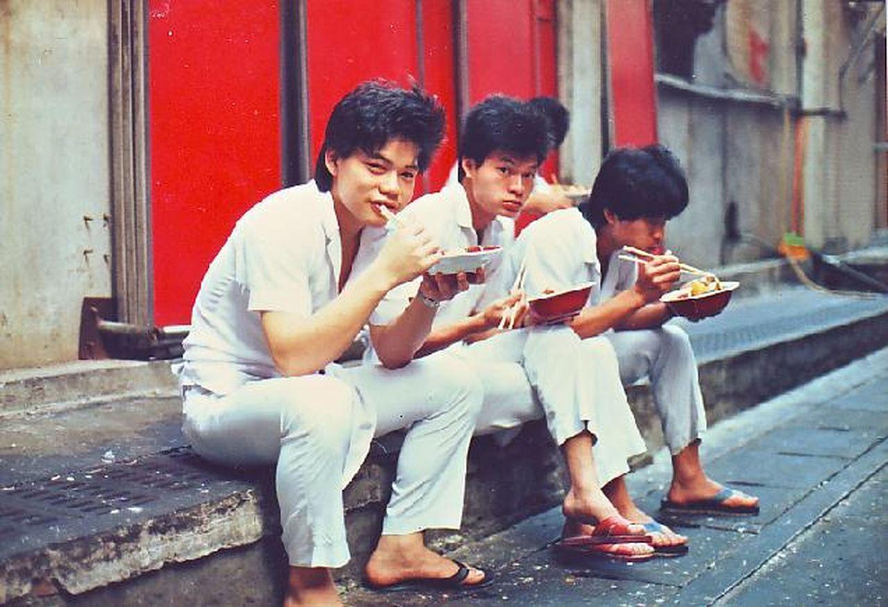 臻愛花園飯店董事長林志成18歲在蓮園餐廳當廚師,下班後與同事坐在路邊吃飯。圖/林...