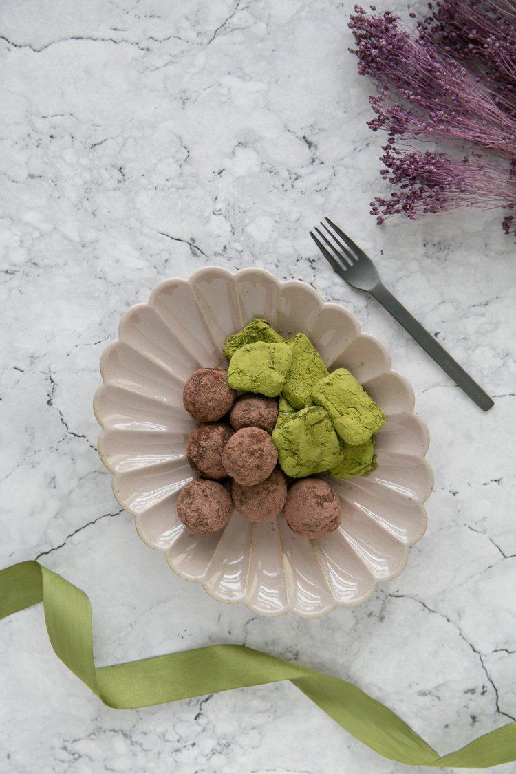圖右為抹茶起司磚,圖左為莓果巧克力球。圖/如何提供