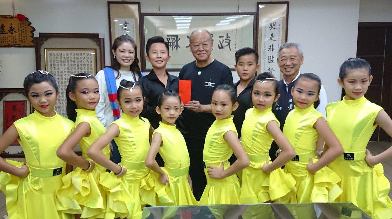 縣議會議長張明達、秘書長黃尚文,昨邀孩子們到嘉議會廣場演出,張明達並贈送獎金,鼓...