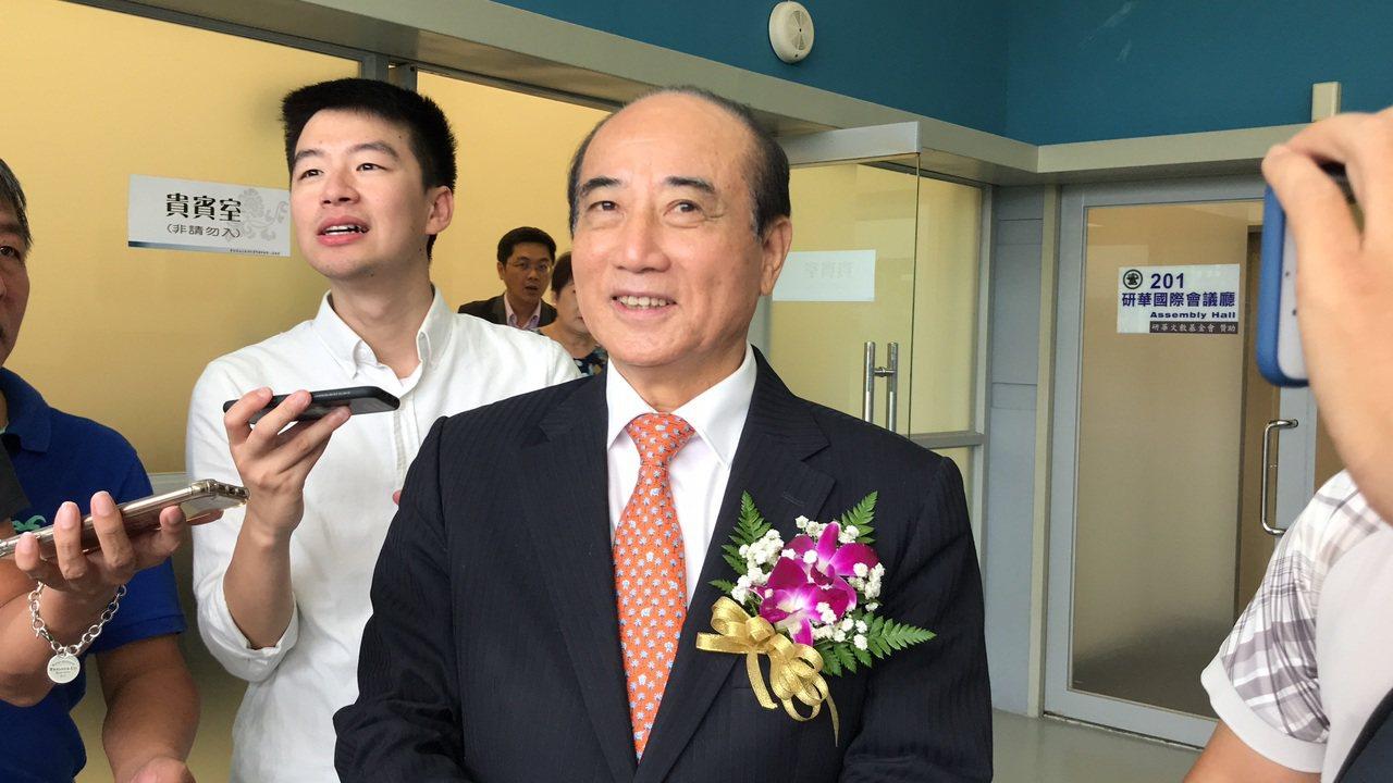 台北市長柯文哲形容立法院前院長王金平是「狐狸」,王笑回,人要充滿智慧,且要以善念...