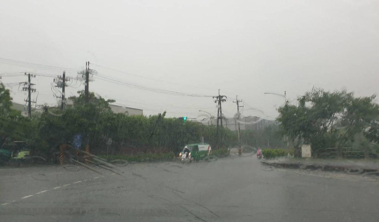 高雄市小港區利昌路今天上午約有100公尺路段出現積水。圖/讀者提供