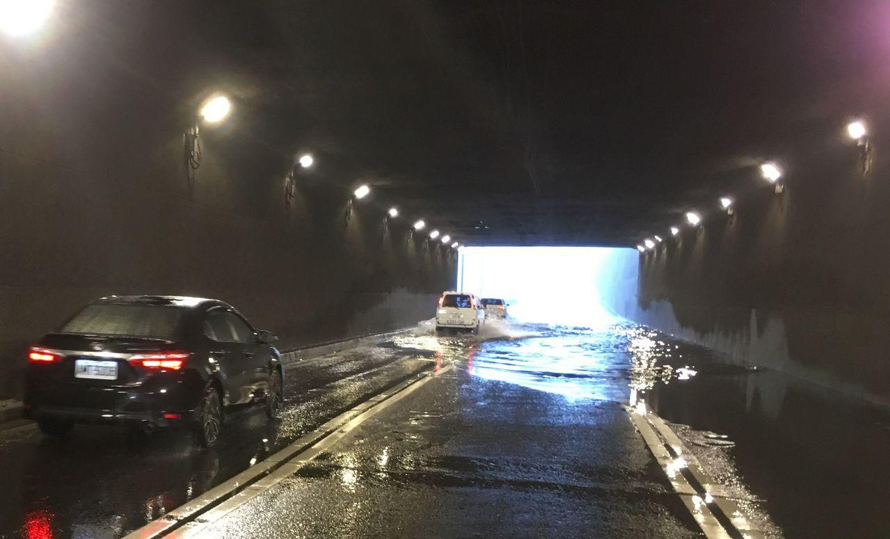 高雄市前鎮區中山四路下道今天上午一度積水。圖/讀者提供
