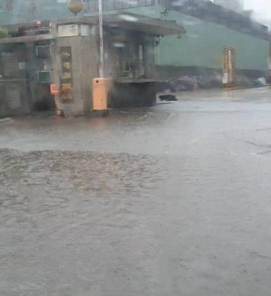 高雄市小港區沿海二路海光鋼鐵公司前的北上機車道今天上午一度積水。圖/讀者提供