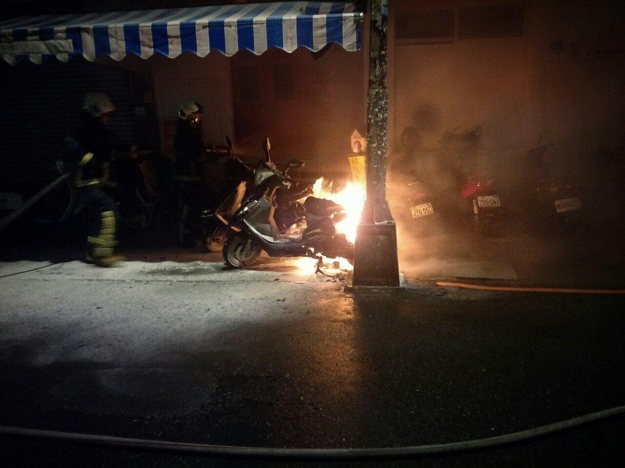 台中市西區向上北路189巷今晨2輛機車起火燃燒,所幸消防隊到場立即撲滅火勢,未造...
