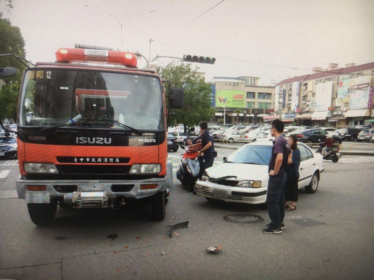 白色轎車未禮讓消防車出勤,兩車碰撞車頭毀損,所幸無人受傷。記者林佩均/翻攝